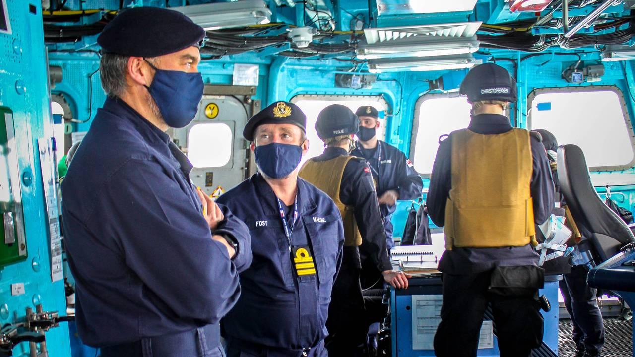 Britiske instruktører diskuterer på broa om bord på «Otto Sverdrup»