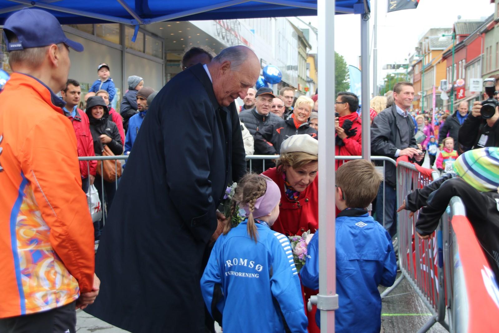 Kongeparet hilste på mange barn under Labb og Line-løpet i Tromsø lørdag. Ida Louise Rostad / NRK
