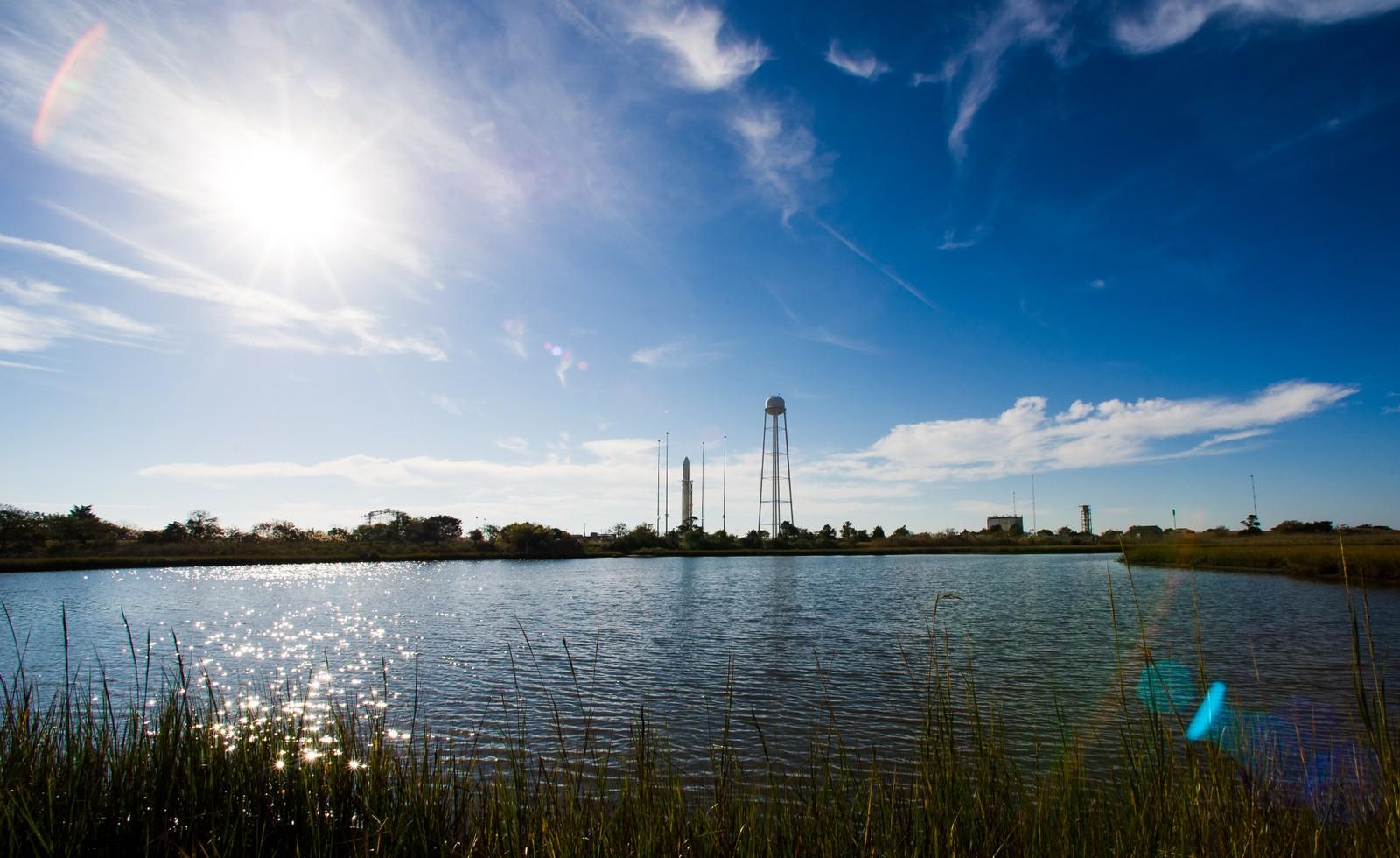 Tirsdag 28. oktober 2014 begynte som en god dag på Wallops Island i Virginia. Antaresraketten med romfartøyet Cygnus på toppen var klar til oppskytning. Raketten skulle sende 2296 kilo med forsyninger til Den internasjonale romstasjonen. Dette var tredje gangen det private selskapet Orbital Sciences Corporation skulle gjennomføre en slik oppskytning på kontrakt fra den amerikanske romfartsorganisasjonen NASA.