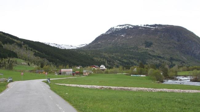 Henrik Hetle vart funnen død på Hetlestølen, som ligg i dalføret til venstre for fjellet Venevassegga. Foto: Ottar Starheim, NRK.
