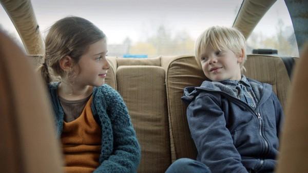 Dansk dramaserie på 8 episoder. Kvar andre helg tek Christian toget ut på landet for å bu hos pappa si nye familie. Der bur også Katrine, den nye søstera hans.