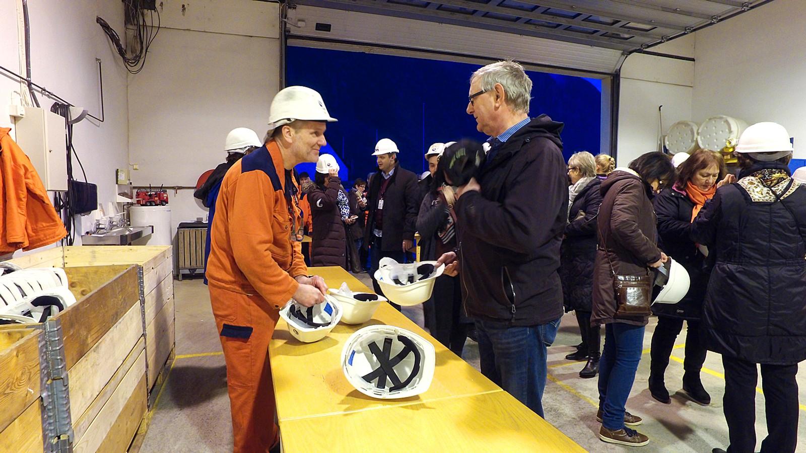 TRYGGLEIK: Alle må ha hjelm inne i fabrikken, som er omdanna til eit gigantisk og flott konsertlokale