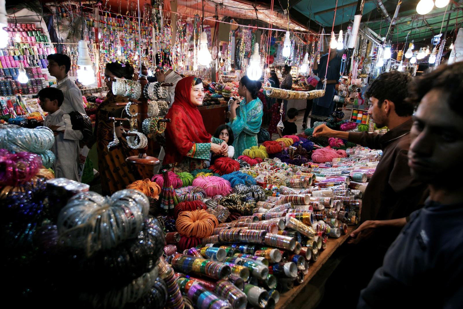 ISLAMABAD: En kvinne kjøper armbånd før feiringen av Eid al-Fitr i Islamabad i Pakistan.