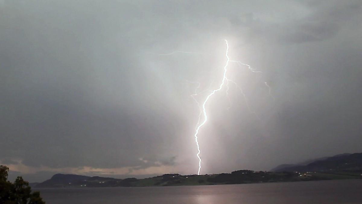 FARE FOR LYN OG TORE: Dette bildet er ti år gammalt, og viser eit kraftig lynnedslag på Byneset i Trondheim. I morgon er det også fare for at det slår ned lyn i Trondheim, og fleire andre stadar i Noreg