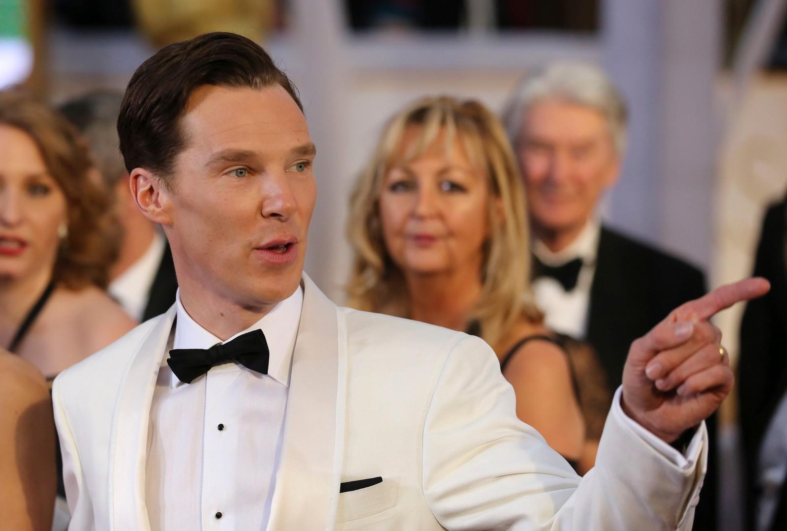 NUMMER FIRE: Med hvit smokingjakke er han midt i trendbildet, mener NRKs ekspert om Benedict Cumberbatch.