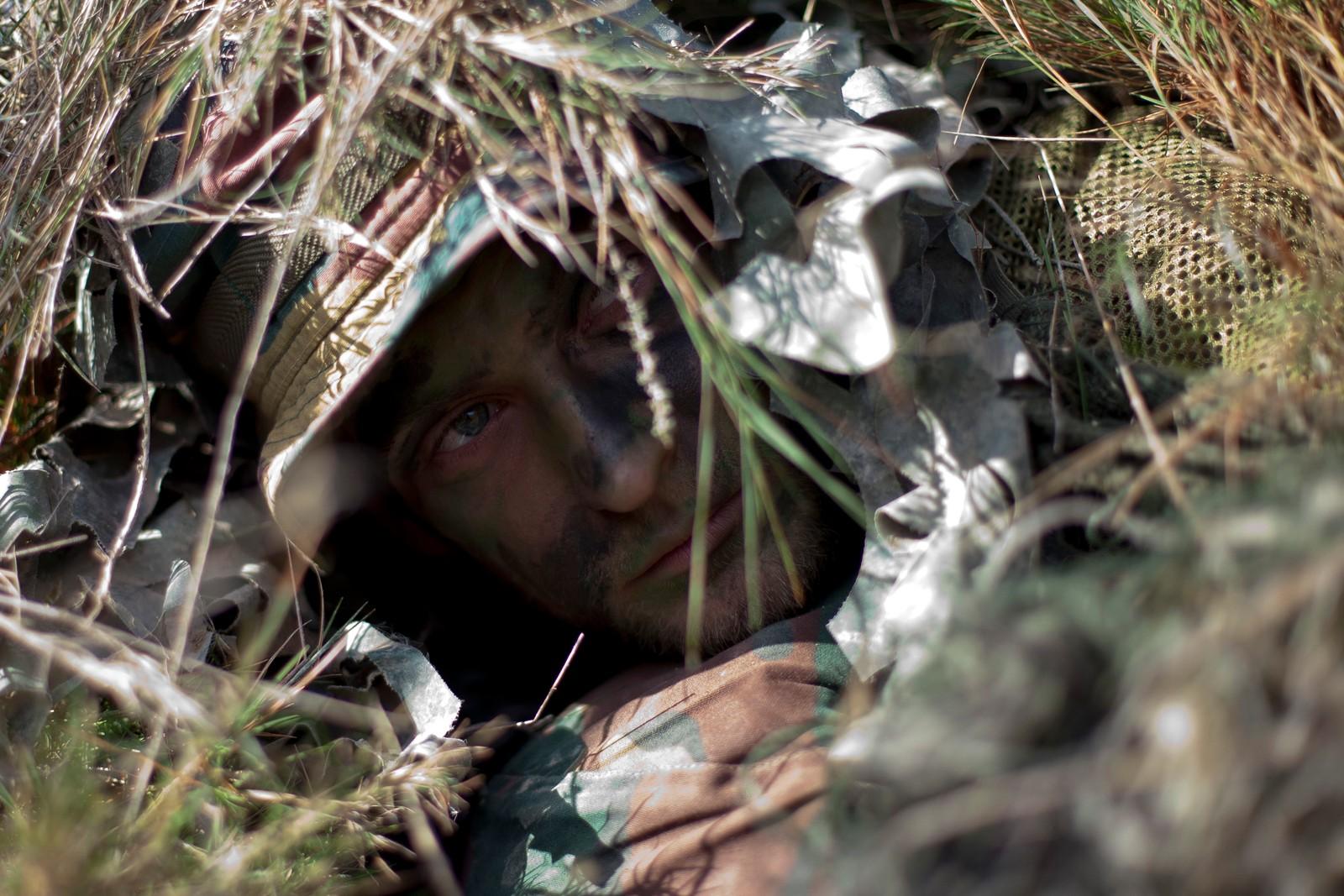 En belgisk soldat ligger kamuflert og gjemt under NATO-øvelsen som pågikk i Zaragosa, Spania denne uka. Mer enn 36.000 fra 28 land deltar i øvelsen som pågår i Sør-Europa for tiden.