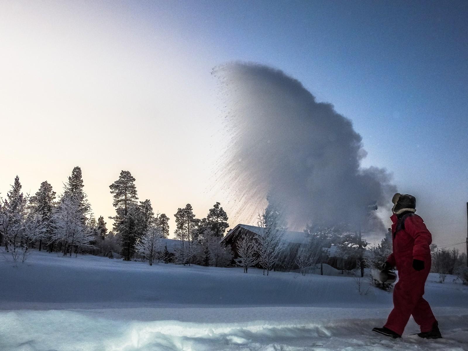 Når varmt vann kastes i lufta i sprengkulde, så skjer dette