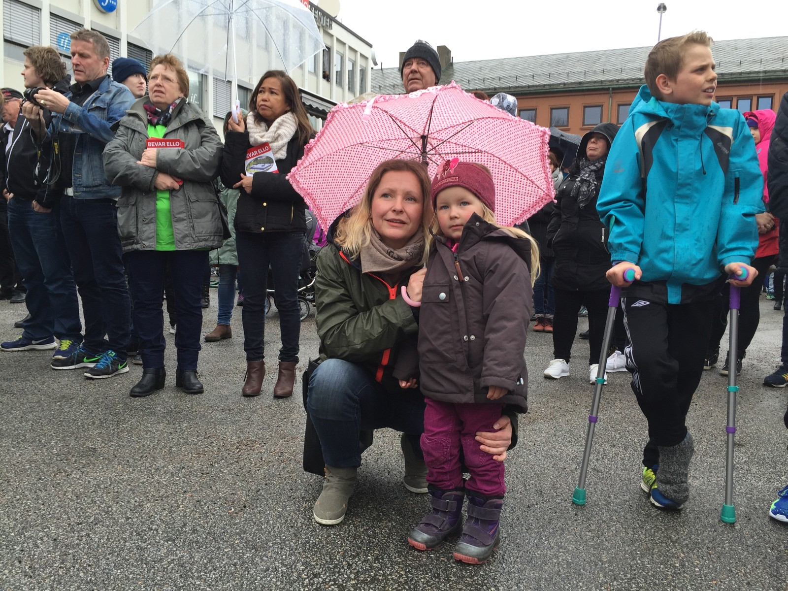 Berit Roald og datteren møtte frem i regnværet for å vise sin støtte.