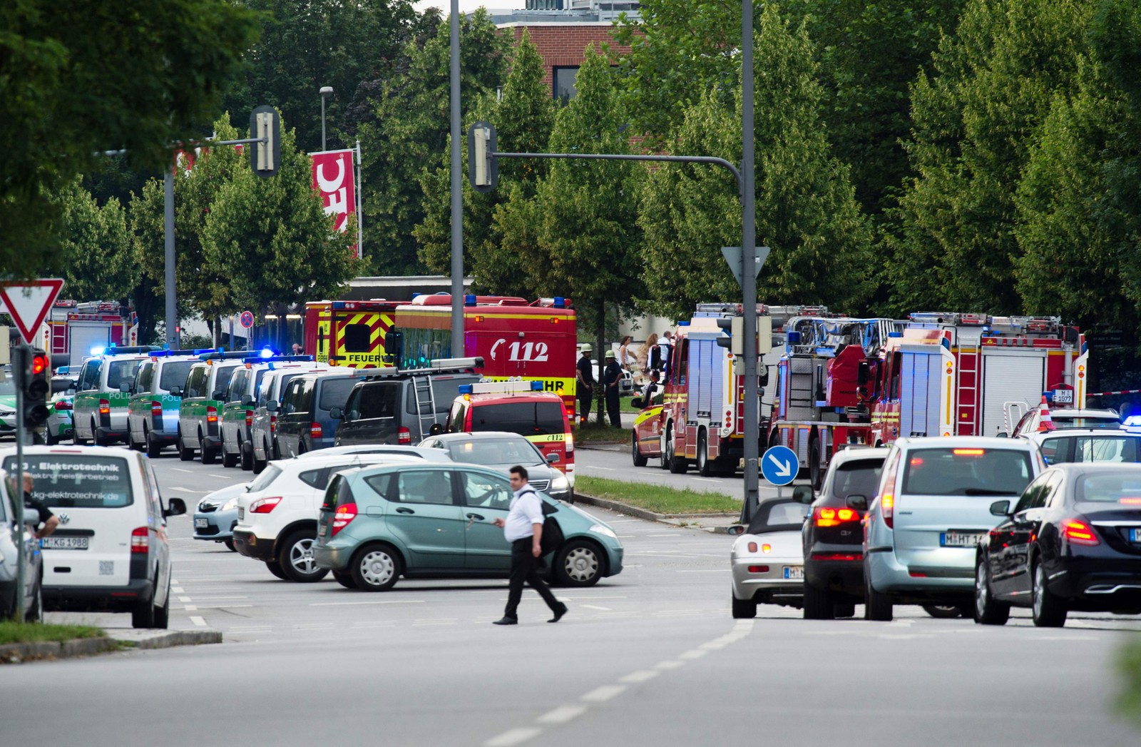 STORE UTRYKNINGER: Politi, brannvesen og ambulanser har rykket ut til områder i nærheten av kjøpesenteret der skytingen begynte.