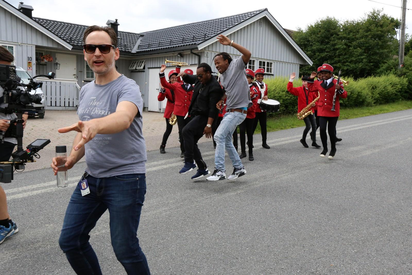 KONTROLL: Regissør Torgrim Grimstad (t.v.) holder styr på artister, statister og journalister under musikkvideoinnspillinga.