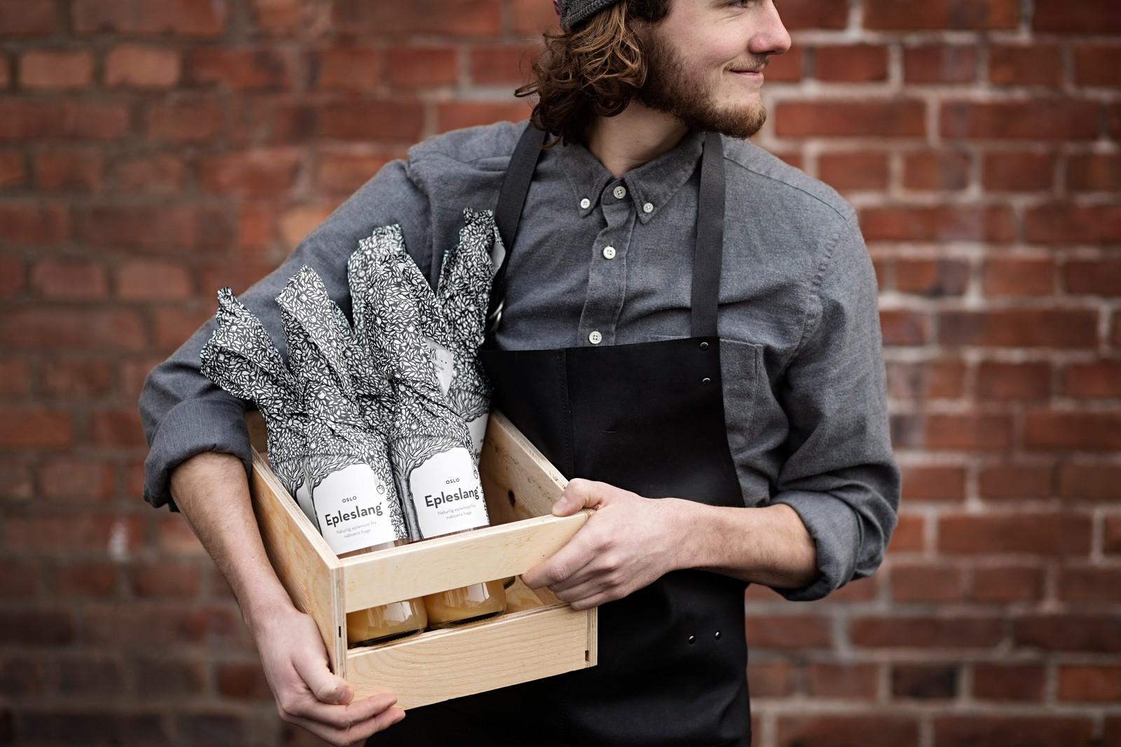 PÅ SLANG: Epleslang har gjort forretning av å lage eplemost. Nå blir de også belønnet for innpakningen.