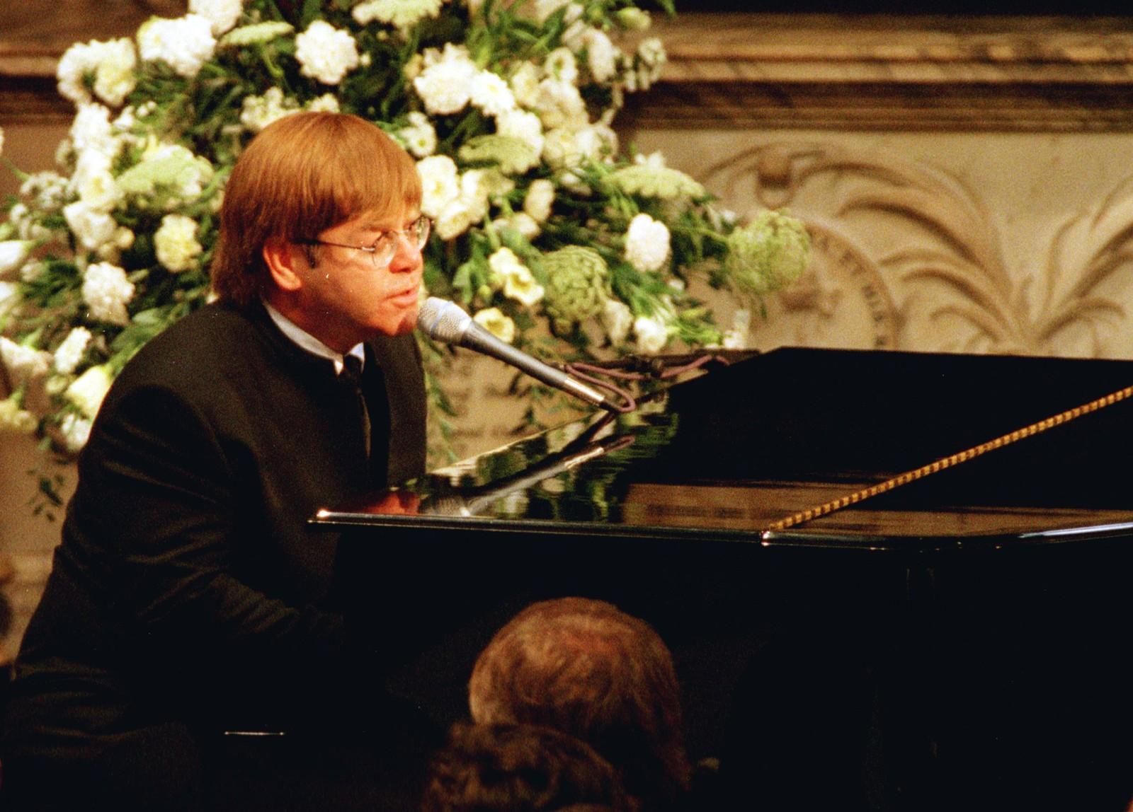 1997: Med ein omskriven versjon av sin eigen «Candle in the wind» rørte Elton John millionar av mennesker som fulgte prinsesse Diana si gravferd 6. september. Før gravferda sa Elton John at han ville gjere sitt beste for å ikkje begynne å gråte under framføringa.