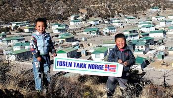 Gutter med takkemelding til Norge fra Nepal