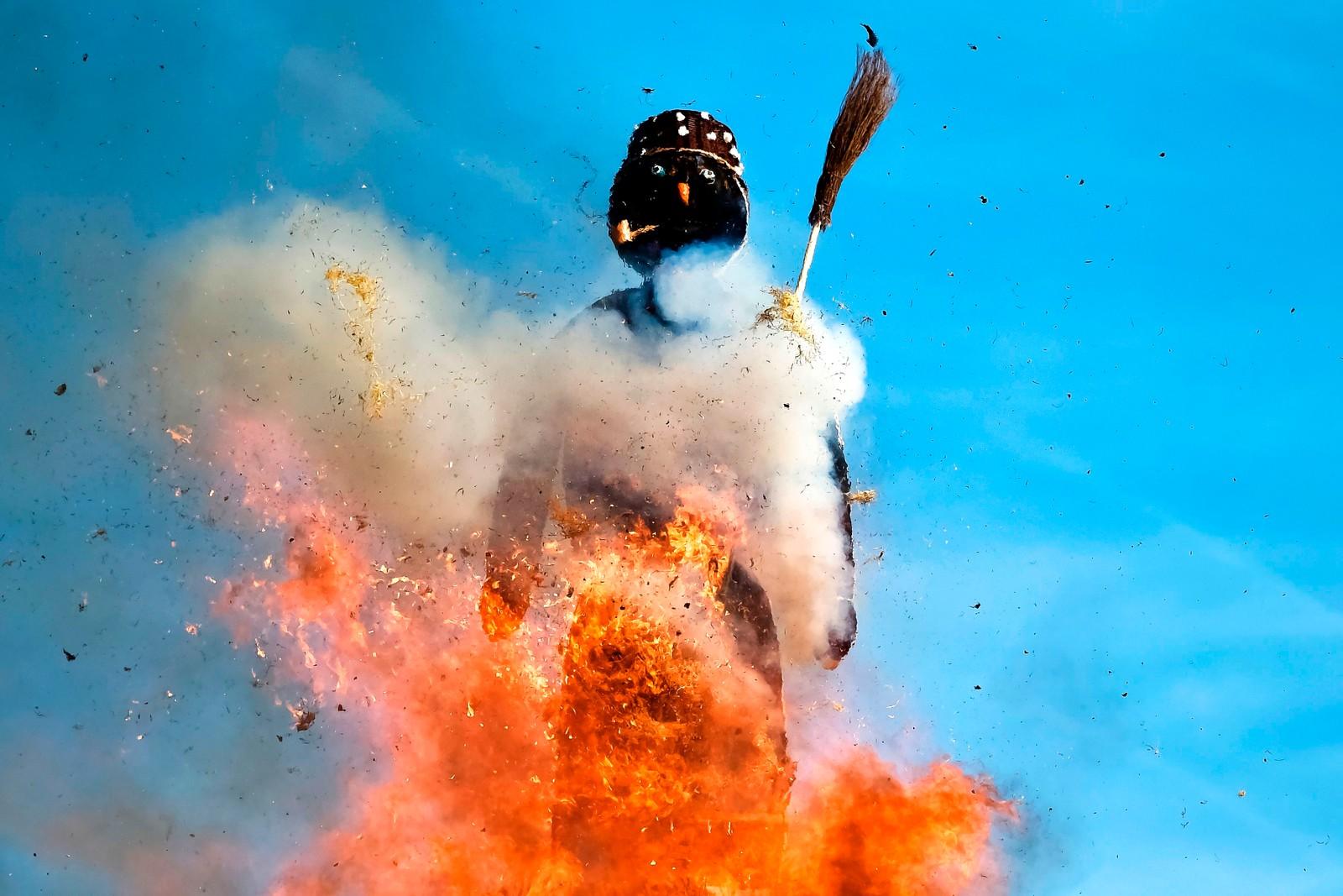 """Et eksplosivt farvel til vinteren. Dette bildet er fra Sechseläuten, en vårfestival som feires i Zürich. I sentrum av begivenhetene er denne """"snømannen"""" som er fylt med sagflis og raketter. Moroa starter når det store bålet han står på antennes."""