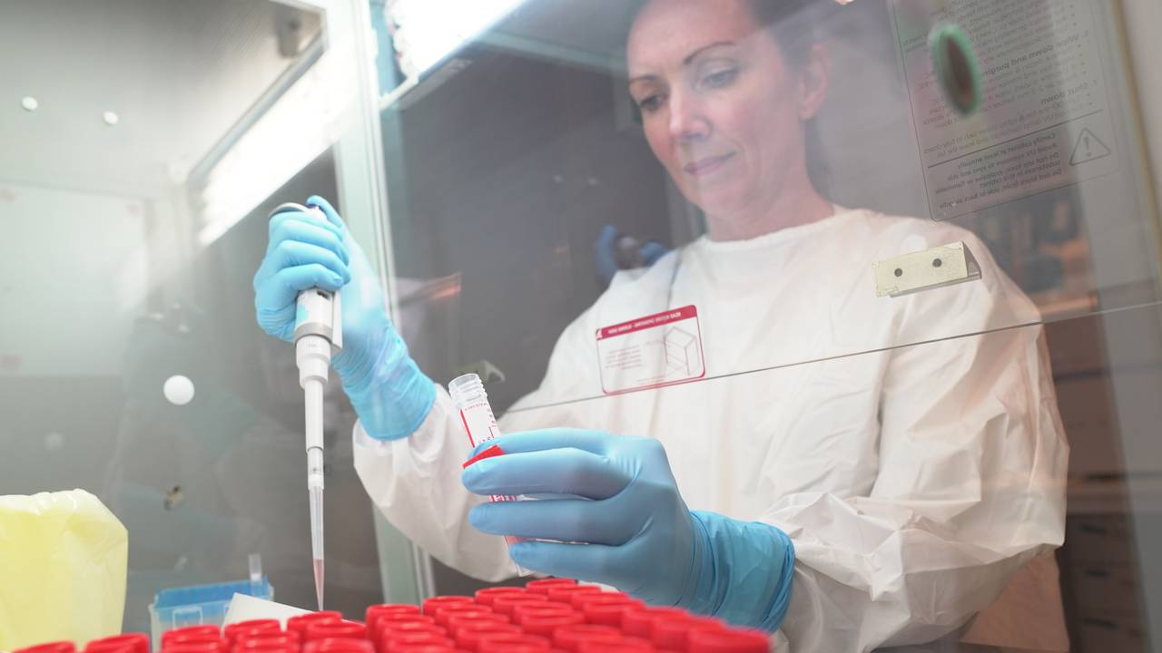 Ingvild Berg analyserer koronatester ved mikrobiologisk laboratorium ved Nordlandsykehuset i Bodø.