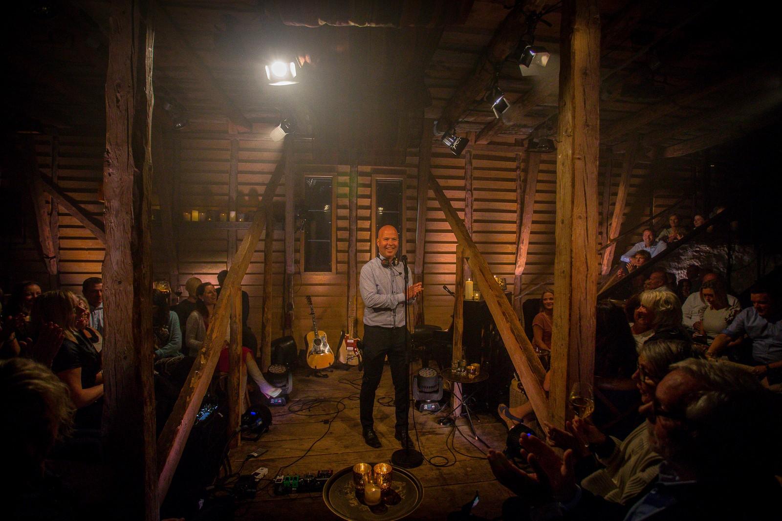 Prosjektleiar i NRK, Stian Sjursen Takle, ønskte publikum velkommen inne i operalåven.