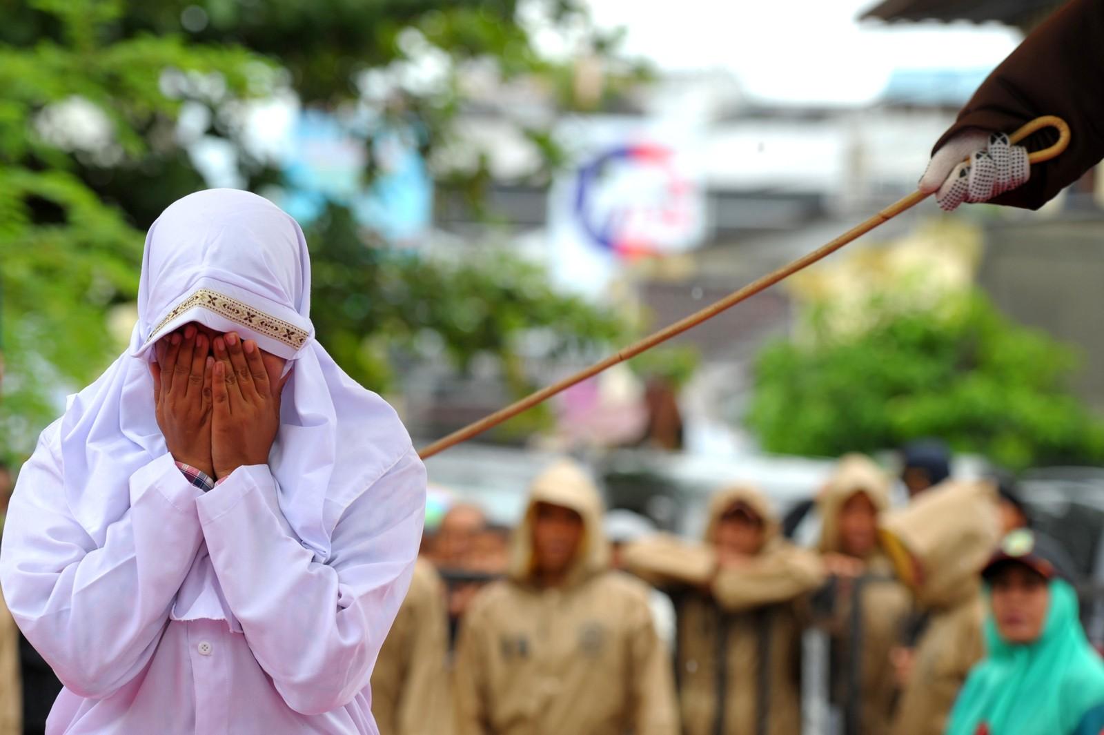En muslimsk kvinne får 23 slag fordi hun ble tatt i å være i nærheten av kjæresten sin i Banda Aceh på Sumatra. Det er ikke lov å tilbringe tid sammen som ugifte.