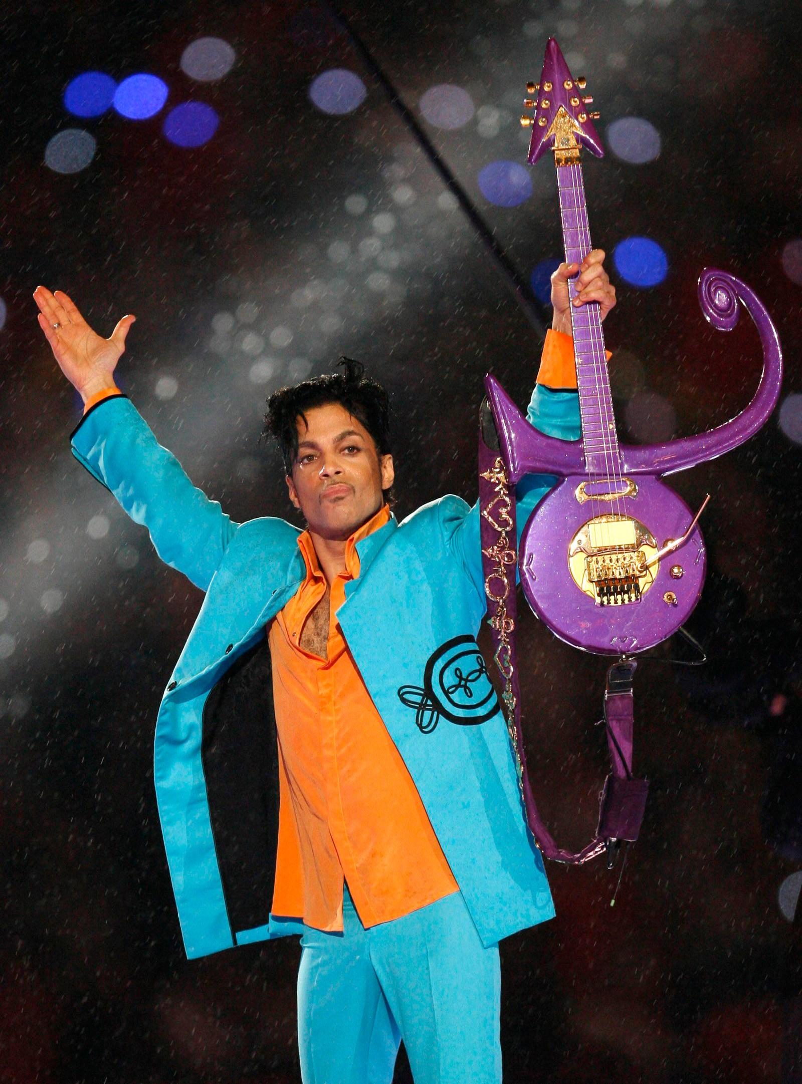 """Prince opptrådde under Super Bowl i 2007. Artisten som ble 57 år gammel hadde hits som blant annet """"Kiss"""" og """"Purple Rain""""."""