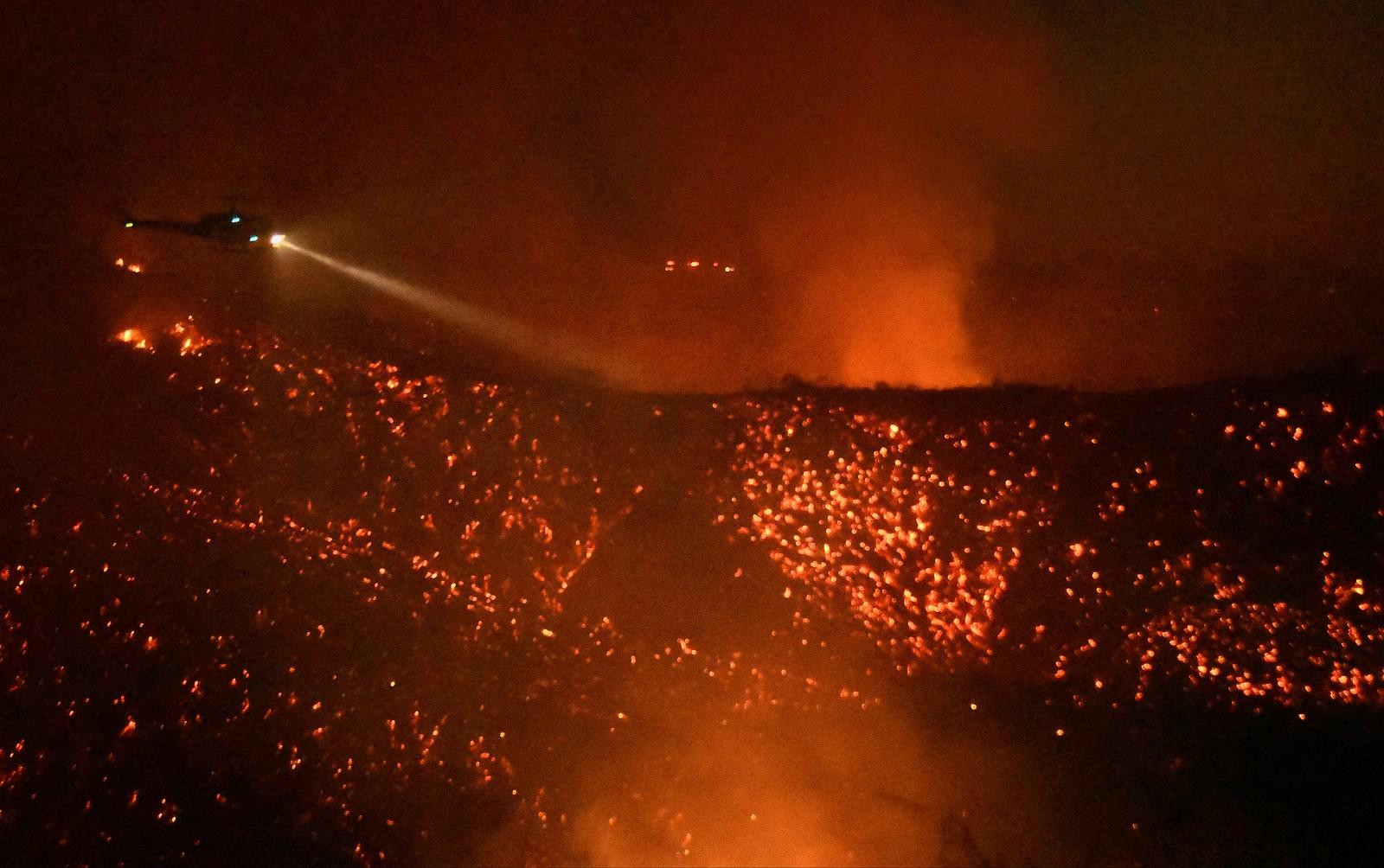 Skogbrannen, som blir kalt «Old Fire», har herjet i Calabasas i California. Rundt 5000 mennesker ble lørdag evakuert på grunn av skogbrannen. Tre brannmenn ble lettere skadd i arbeidet med å slukke brannen.