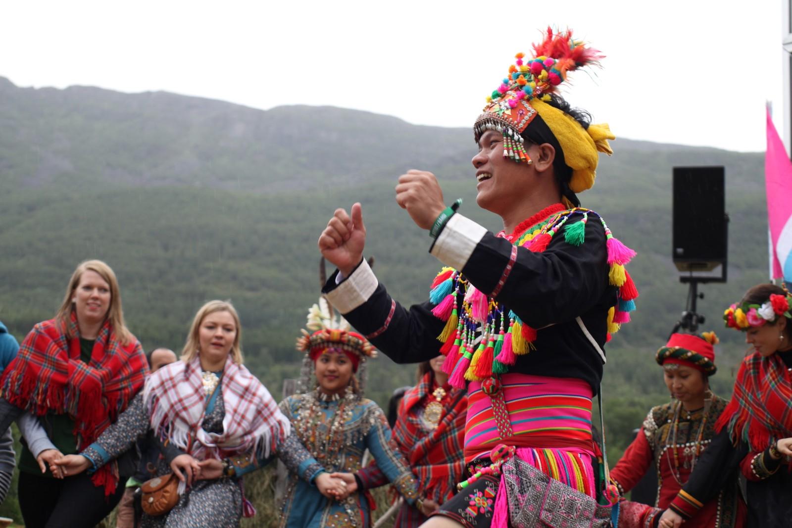 Artisten Suming Rupi fikk publikum med på en felles ringdans.