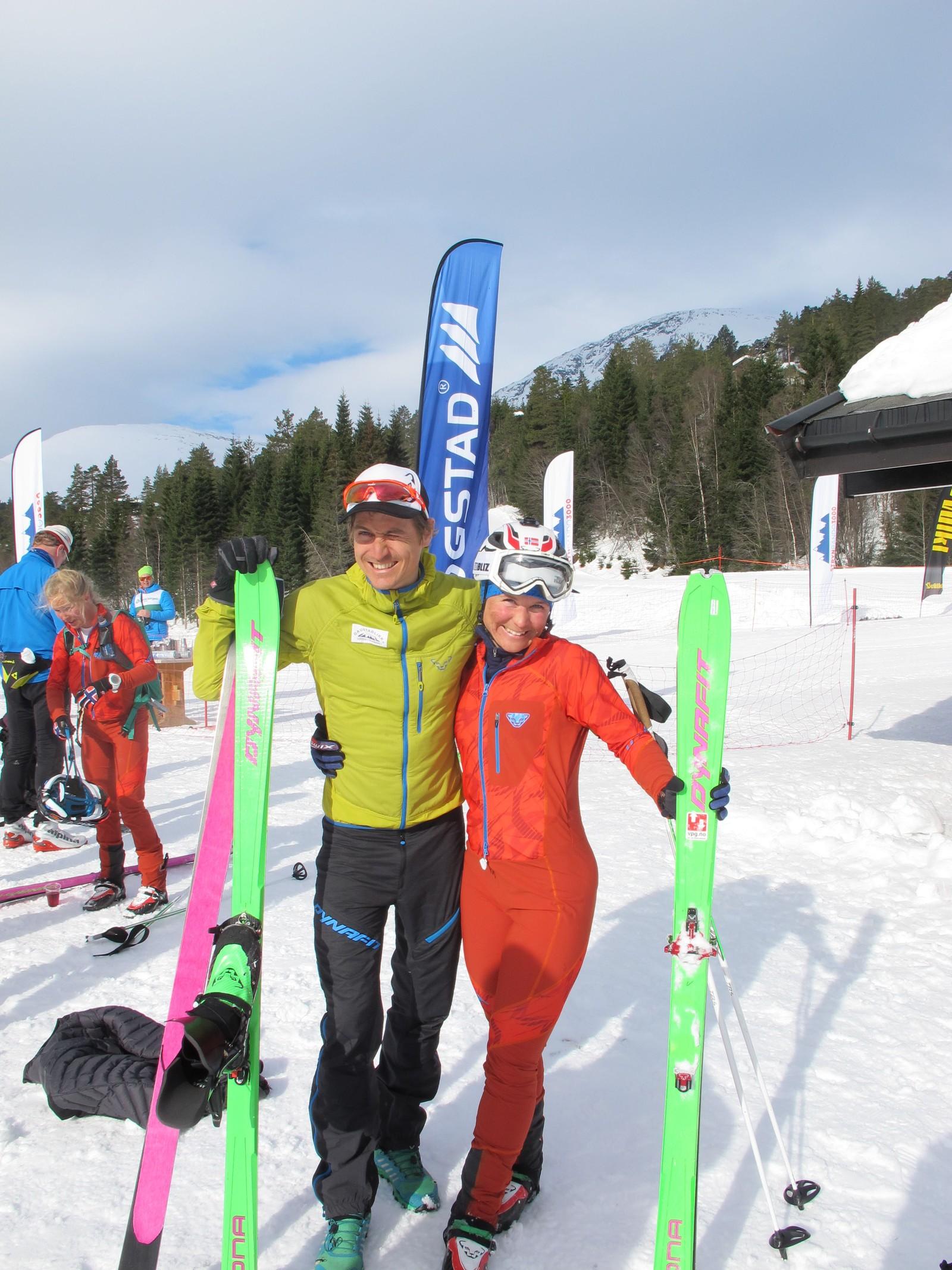 Lars Eirik Skjervheim saman med vinnar i dameklassen, Hildegunn Gjertrud Hovdenak, frå Romsdal Randonee. Ho kryssa målstreken etter tre timar, 45 minutt og 34 sekund.
