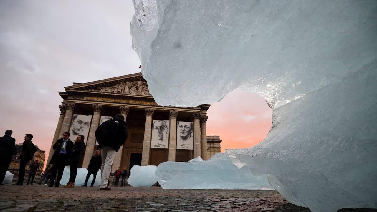 Is-installasjon med Grønlandsis foran Pantheon i Paris i 2015. Kunstinstallasjon av Olafur Eliasson