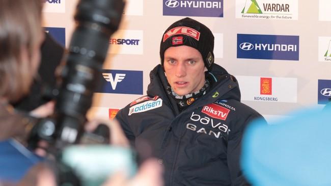 Anders Fannemel blir intervjua av media etter å ha hoppa 244,5 meter i Vikersund. Foto: Rune Fossum, NRK.