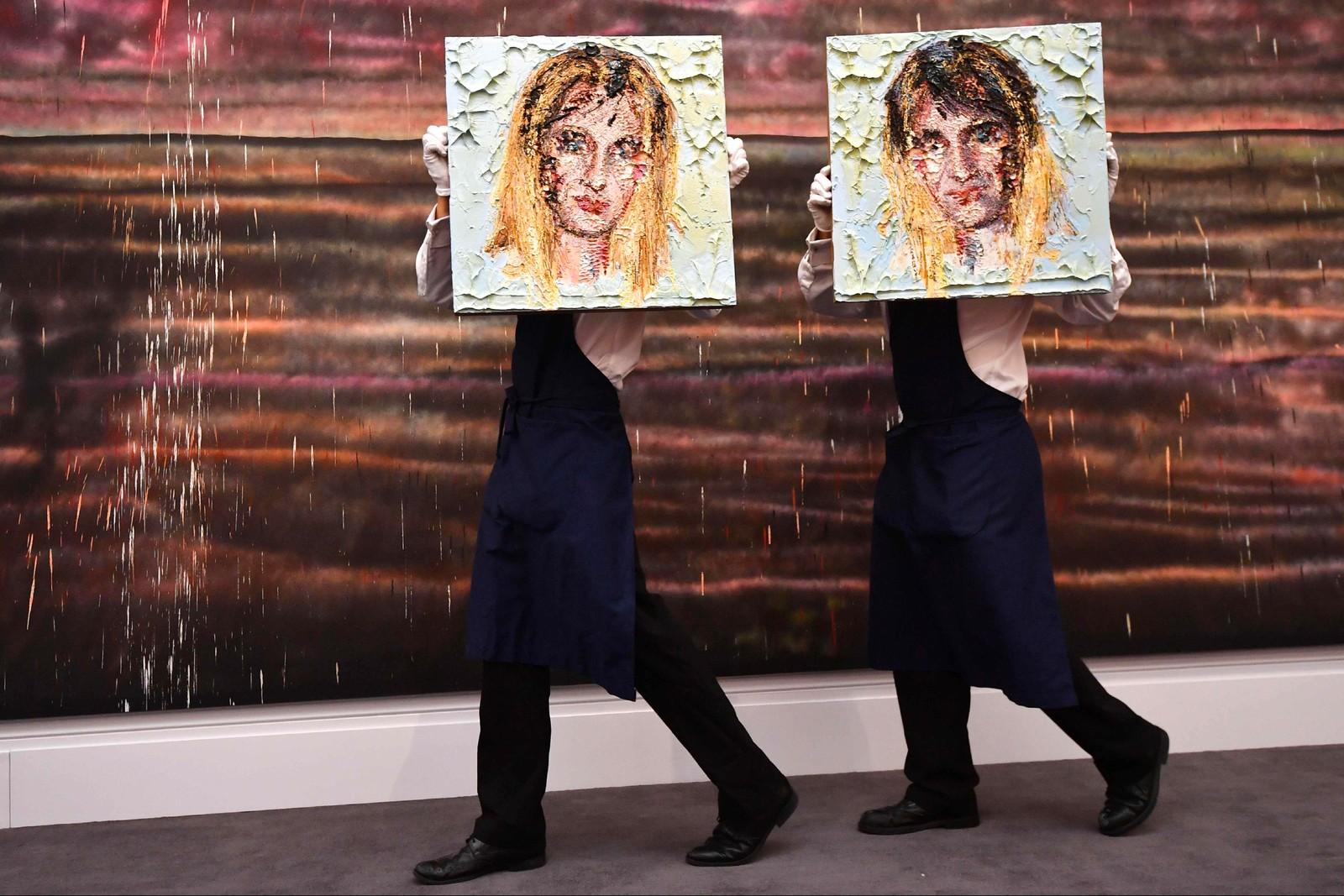 """Ansatte bærer verker av Karri Upson med tittel """"For a Good Time"""" på auksjonshuset Sotheby's i London."""