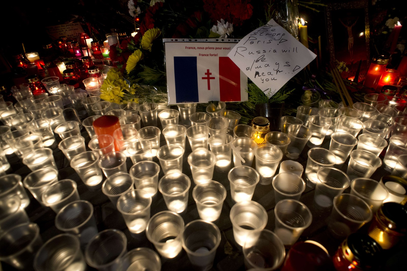 Blomster og lys er plassert utenfor den franske ambassaden i Moksva.