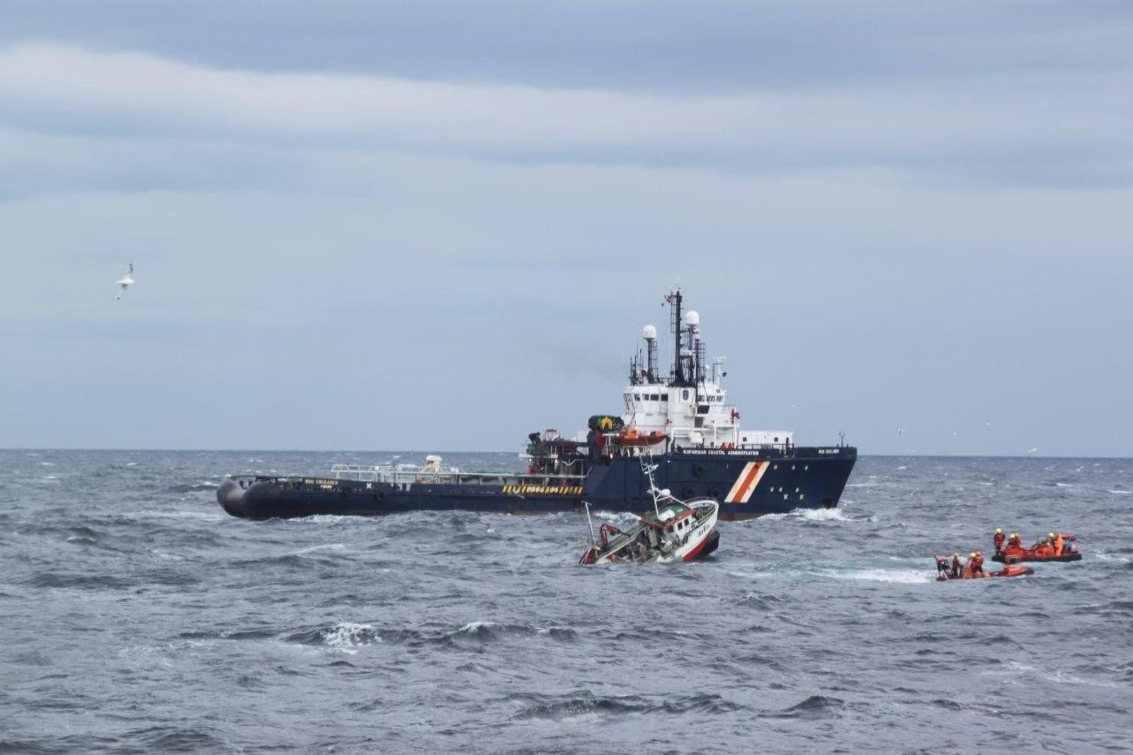 Her er Endre Jakobsen nettopp tatt over i lettbåten, fiskefartøyet hans går raskt under vann.
