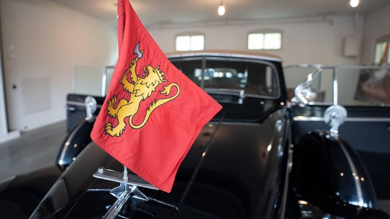 Kongeflagget står foran på bilen A1