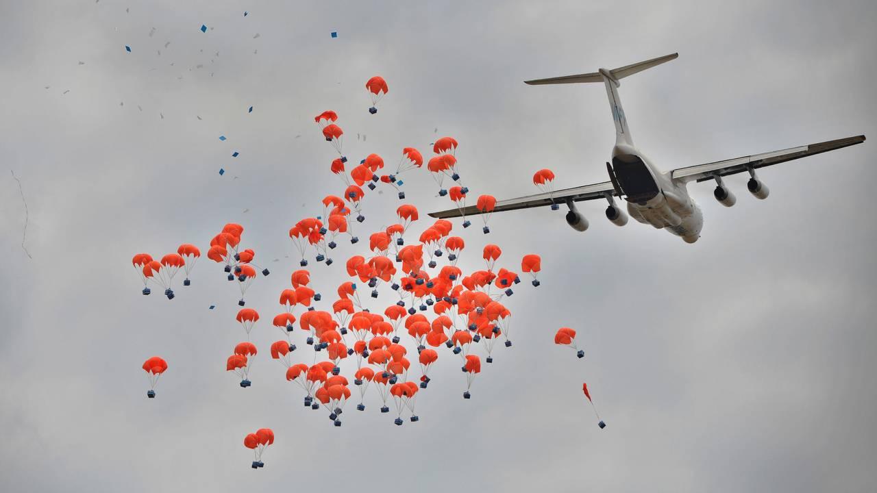 Et russisk fly slipper ned matpakker fra Verdens matvareprogram over Sør-Sudan i februar i år.