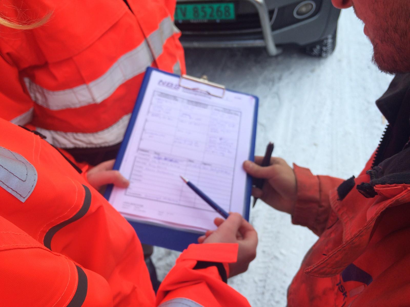 SIGNERER: Alle som skal opp i farleg område må signera på gjennomgått sikker jobbanalyse.