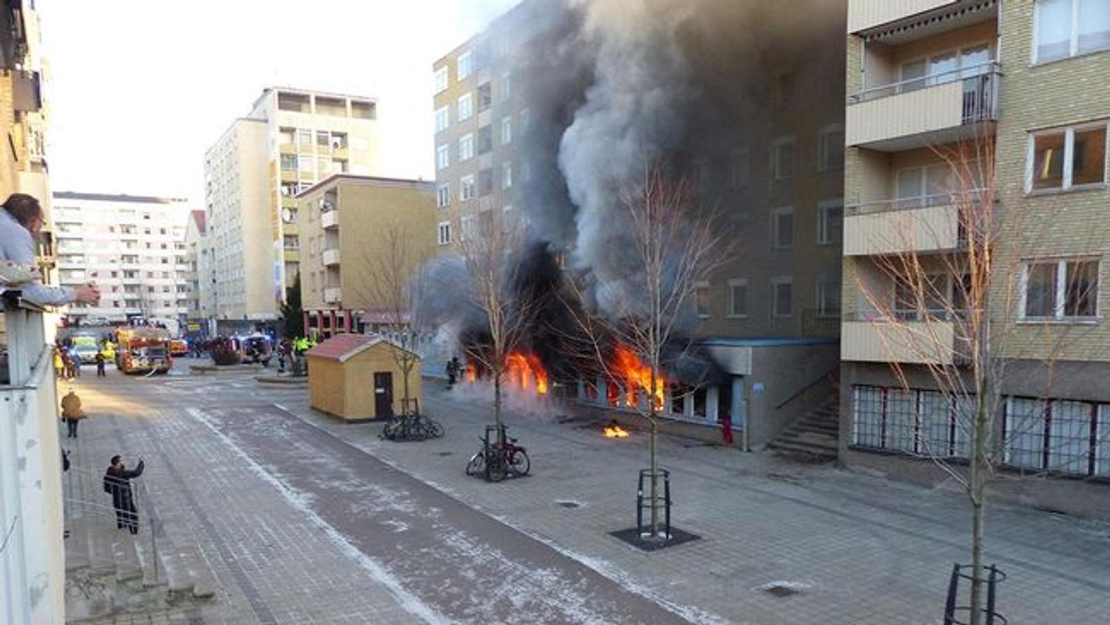 Fem personer ble brakt til sykehus etter en brann i en moske i  Eskilstuna torsdag. Politiet etterforsker saken som mordbrann.