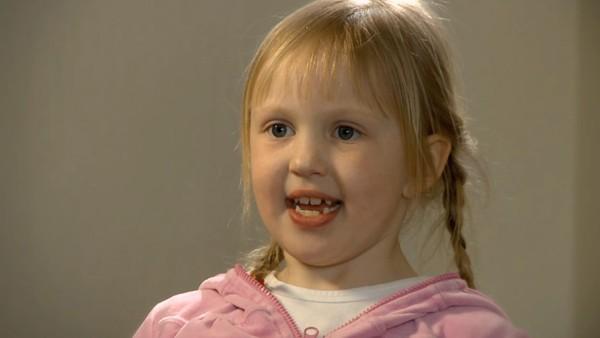 Norsk serie hvor vi får et innblikk i hverdagen til barn som har en ekstra utfordring å leve med.       Emilie bor i Oslo, og det er fint, men hun savner besteforeldrene og kusinen som bor i Nord-Norge. Emilie har også et veldig spesielt hjerte; hun har noe som heter pacemaker. Det er bra for hjertet å løpe og le, men aller gladest er hjertet til Emilie når hun drar til familien i juleferien.