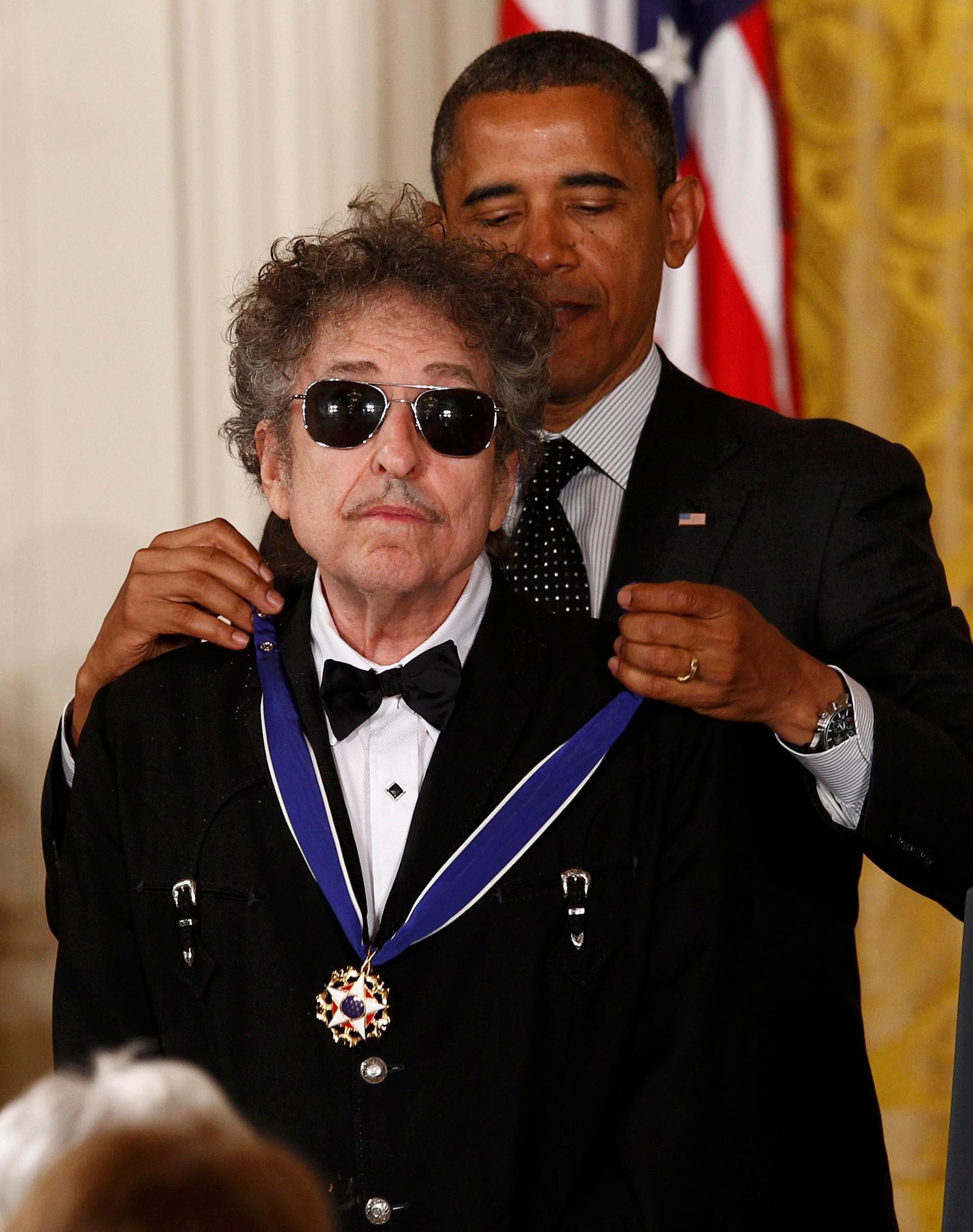 President Barack Obama gir Bob Dylan Presidentens frihetsmedalje i 2012.