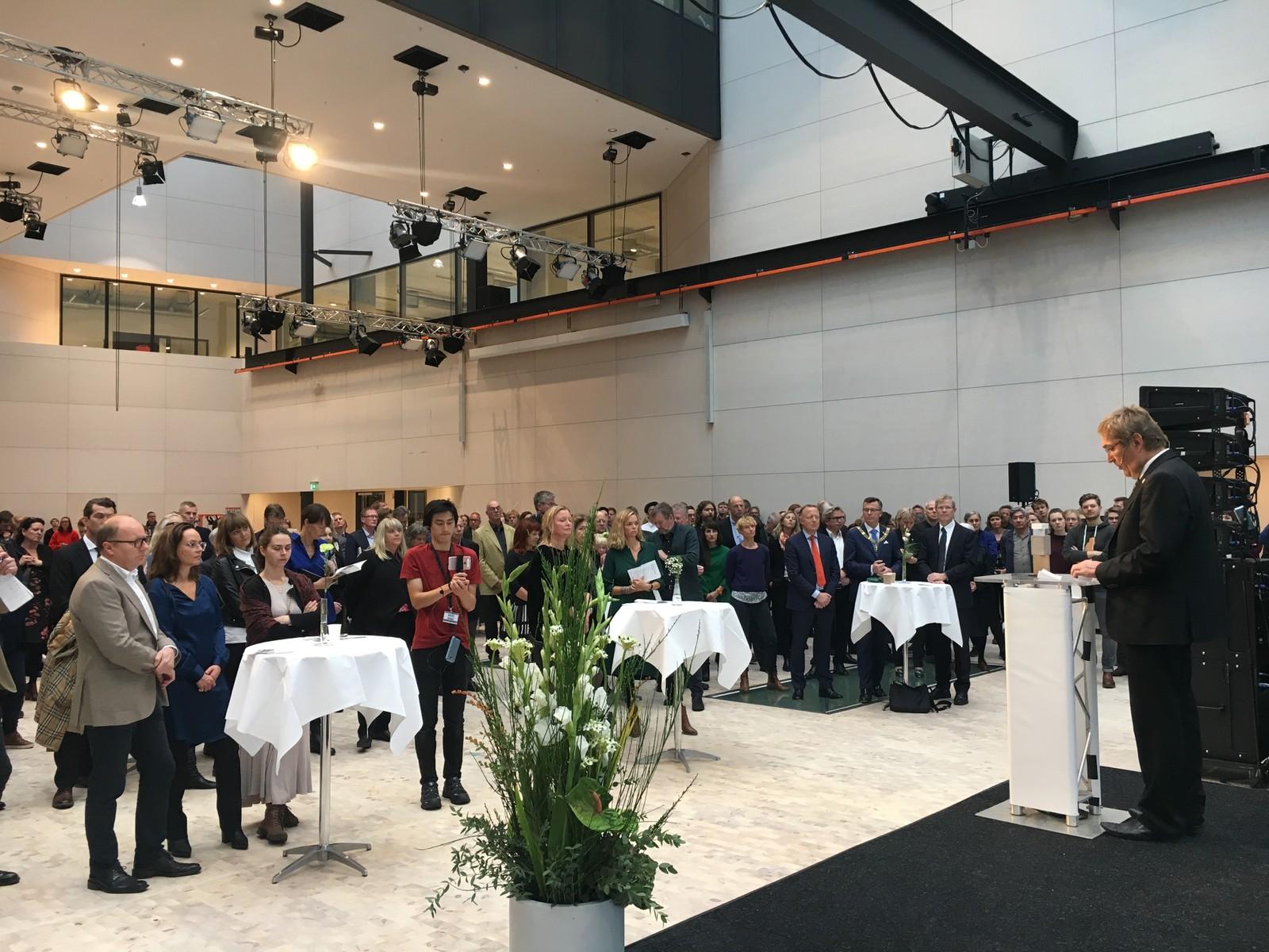 SAMLING: Mange folk til stede på åpningen av milliardbygget i Bergen.