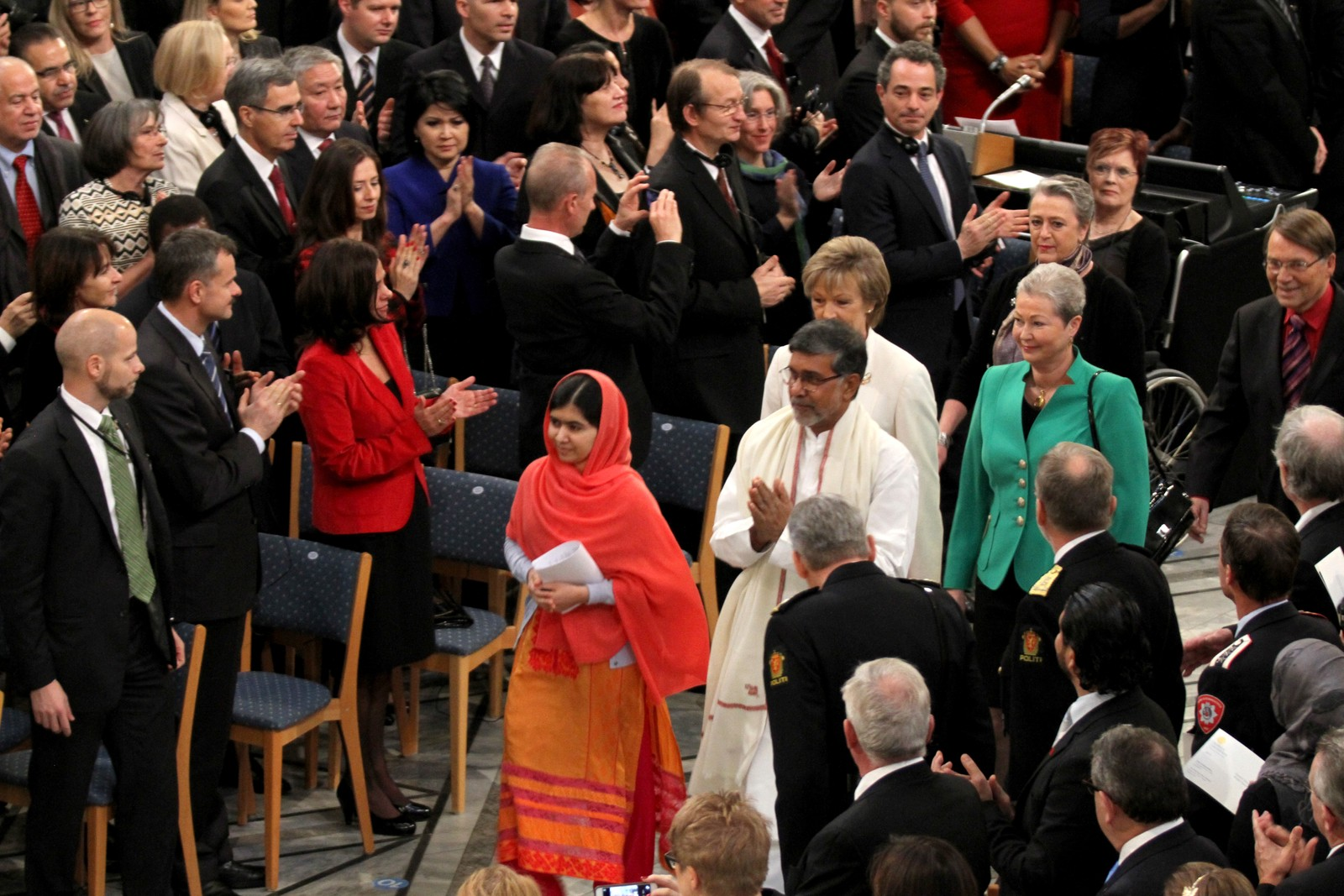 VINNERE: Årets vinnere ankommer rådhuset sammen med Nobelkomiteens medlemmer.
