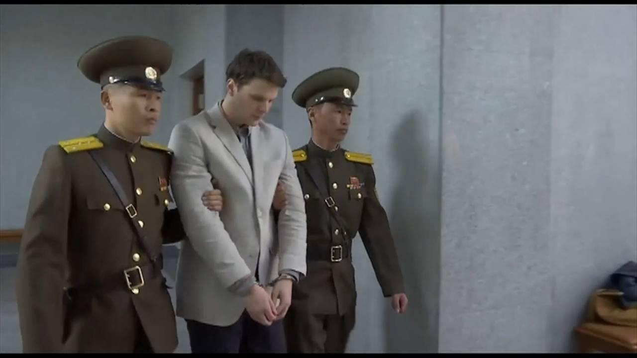 Warmbier leies av to Nord-Koreanske soldater.