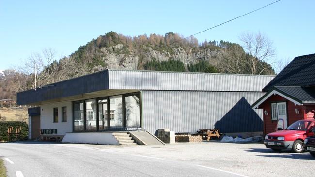 Butikken til Stensæth på kaia i Holmedal. Forretningsbygget frå 1979 til venstre, den gamle butikken til høgre. Foto: Ottar Starheim, NRK.