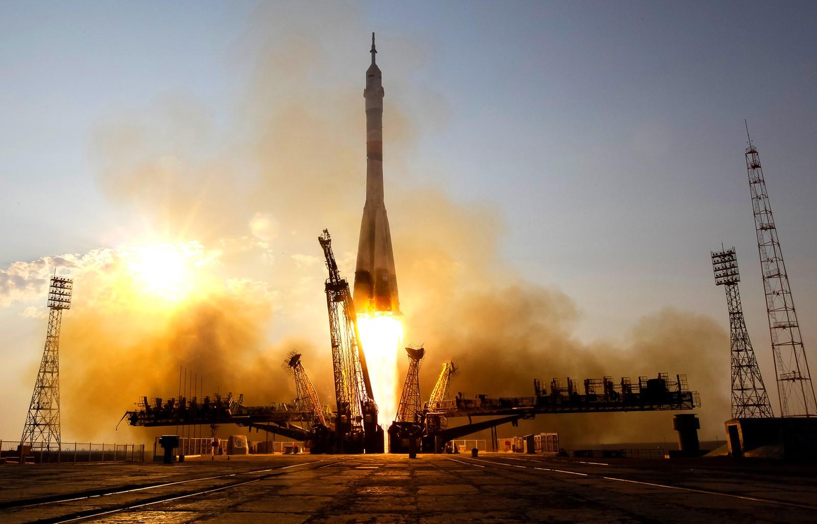 Og her tar Sojus-raketten av. Vanligvis tar turen til romstasjonen seks timer, men denne gangen tar turen omtrent to dager. Årsaken er nytt utstyr som skal testes underveis.