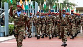 Soldater marsjerer i Elfenbenskysten