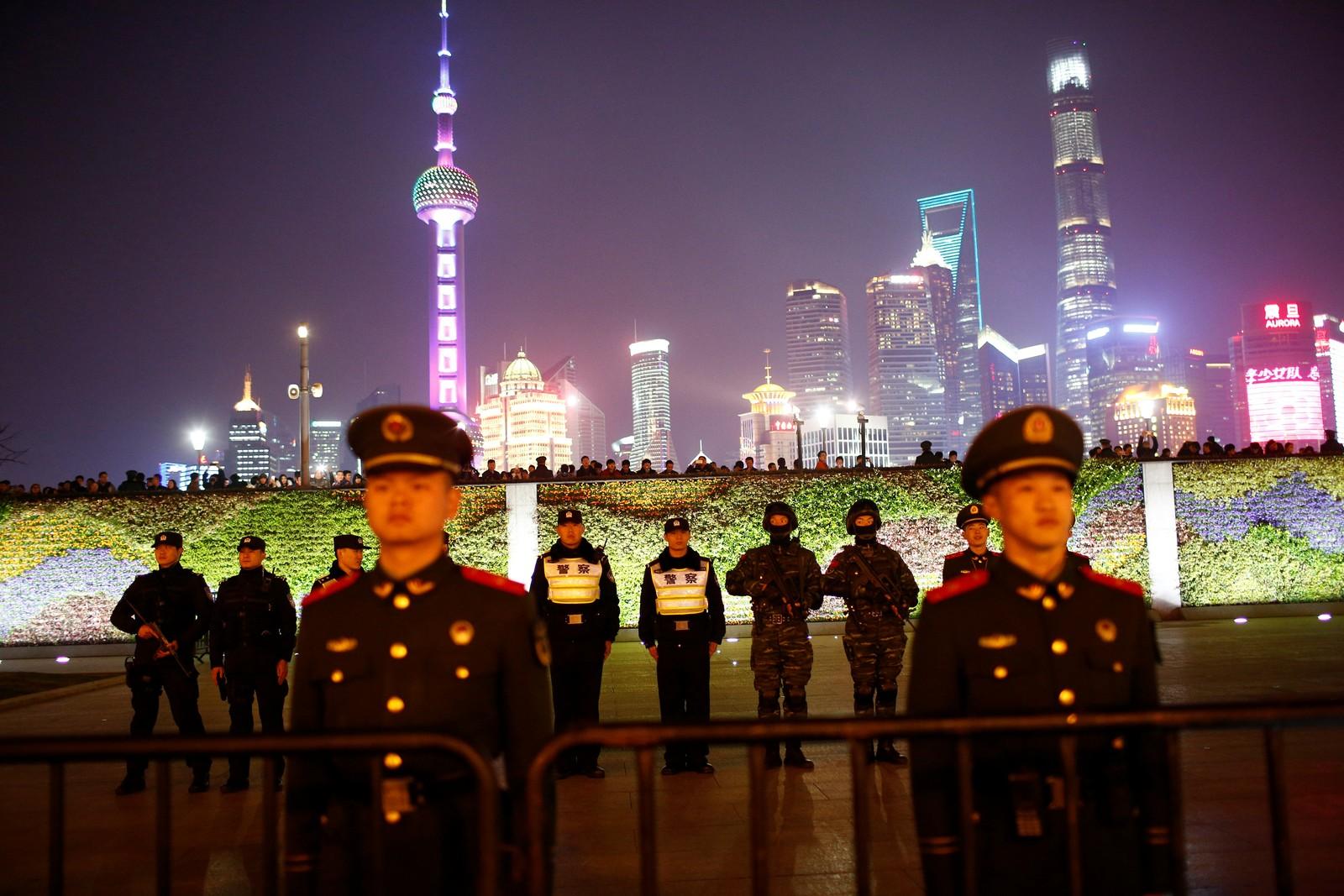 SHANGHAI: Politifolk holder vakt under nyttårsfeiring i Shanghai i Kina ved elven Bund der 36 mennesker ble drept i trengselen for to år siden. I år blir det ingen organisert feiring av det nye året her.