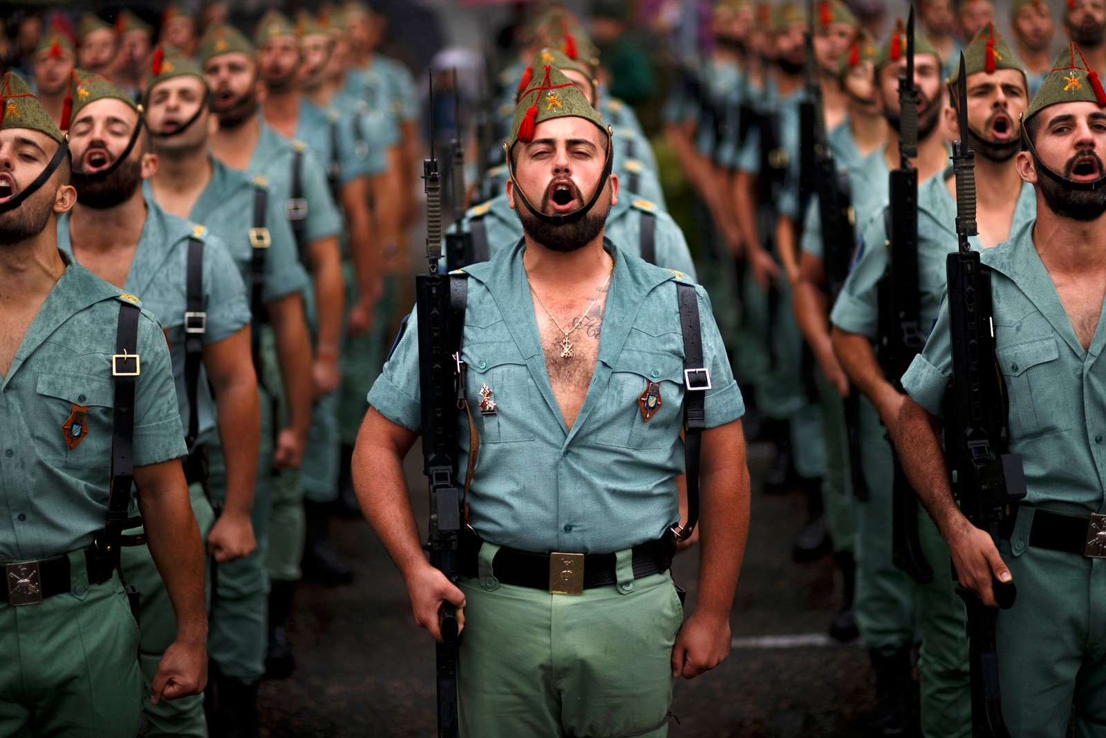 """Medlemmer av Den spanske legion, en eliteenhet i den spanske hæren, er med på feiringen av nasjonaldagen """"Dia de la Hispanidad"""". Tidligere var dagen også kjent som Columbusdagen til minne om dagen da Columbus gikk i land på Bahamasøyene."""