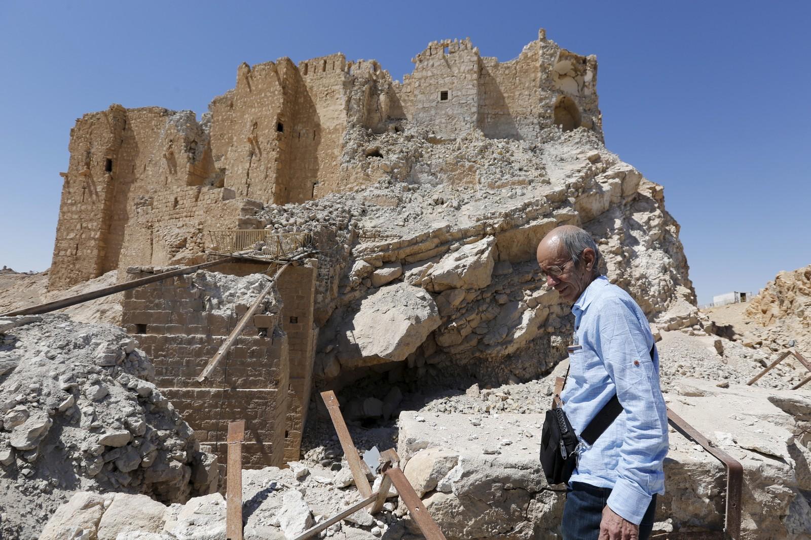 En journalist går foran Fakhreddin slott i den historiske byen.