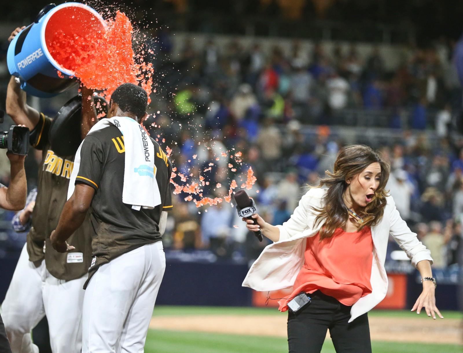 En utskremt TV-reporter unngikk så vidt å bli dynka i sportsdrikk etter at Padres' Melvin Upton Jr. mottok sin hyllest. Baseball-spilleren gjorde det bra i kampen mot Dodgers, en kamp de vant 7-6.