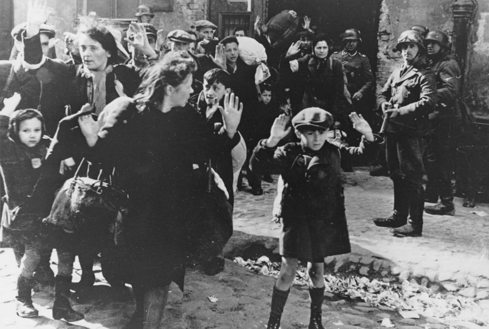 JØDEUTRYDDELSE: Under andre verdenskrig, den 19. april 1943, blir en gruppe jøder eskortert ut fra ghettoen i Warsawa.