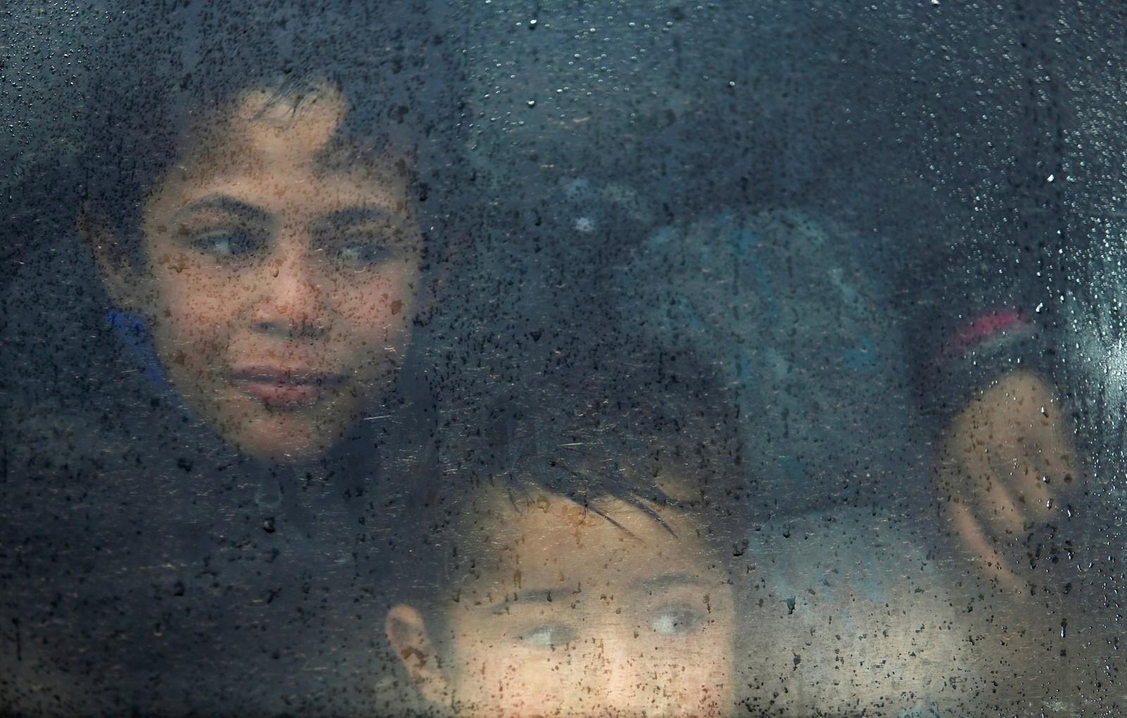 Irakiske flyktningbarn venter i en buss på å komme seg til Hamam al-Alil utenfor Mosul.