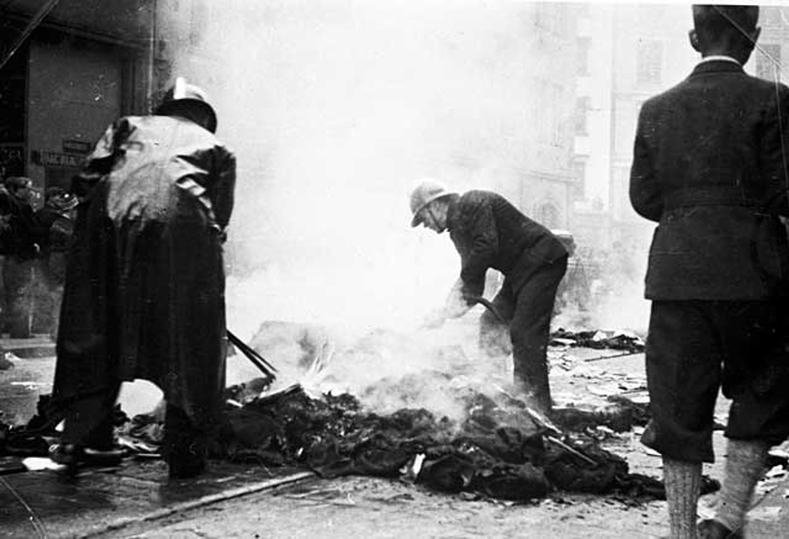 NAZIBRENNING: Dokumenter fra tyskerne blir brent i Christian Michelsens gate av henvlystne bergensere i 1945.