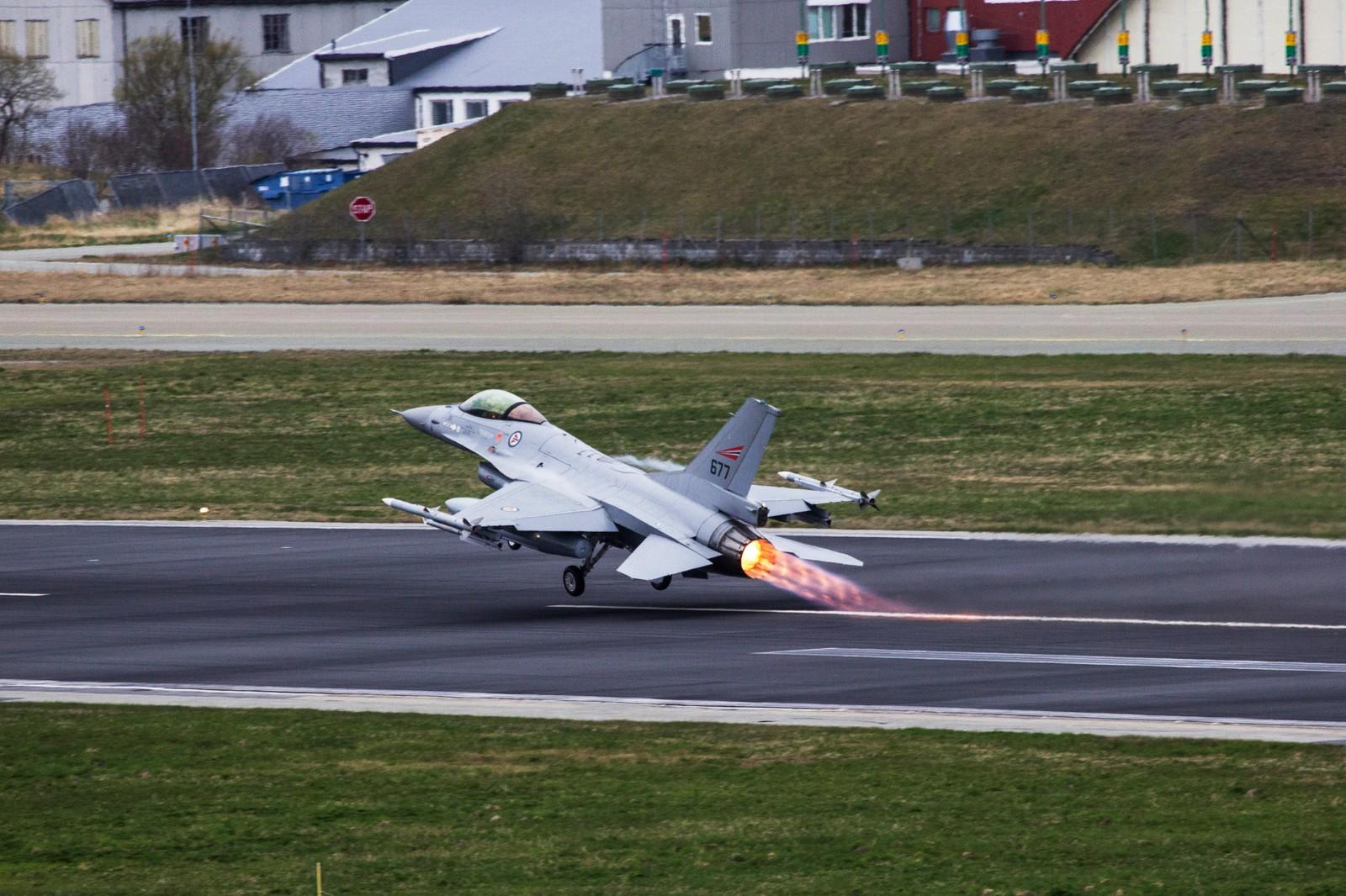 Norsk F-16 tar av med etterbrenner på Luftforsvarets base i Bodø første dag av øvelse ACE 17.